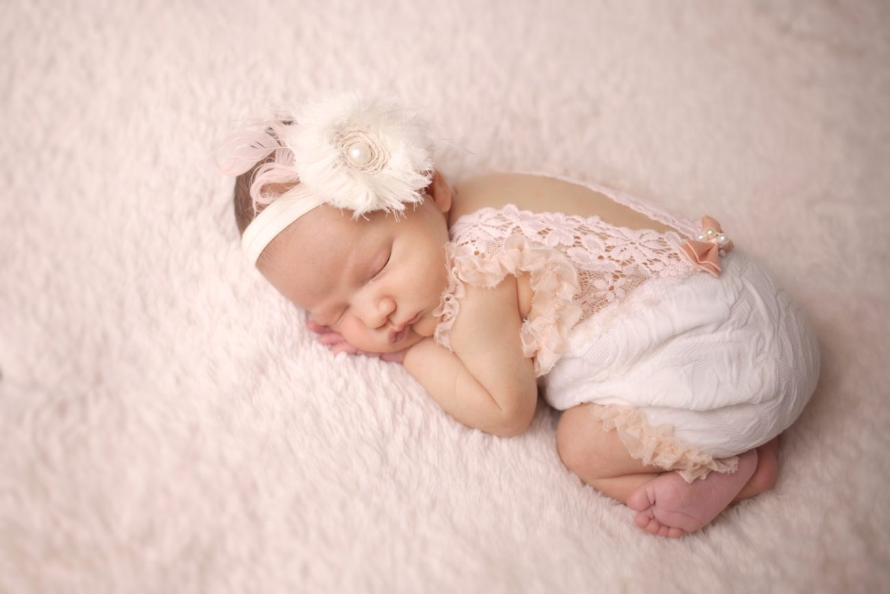 baby girl with flower headband --windham nh -- www.daniellebustamante.com
